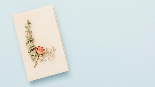 Livre ouvert à couverture rigide avec des fleurs Photo gratuit