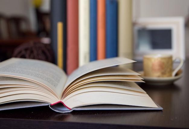 Livre ouvert sur le détail de la table en bois avec un espace pour écrire Photo Premium