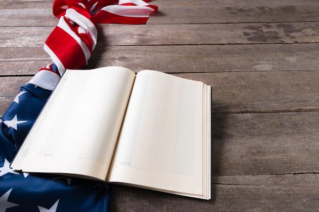 Livre ouvert sur le drapeau américain Photo Premium