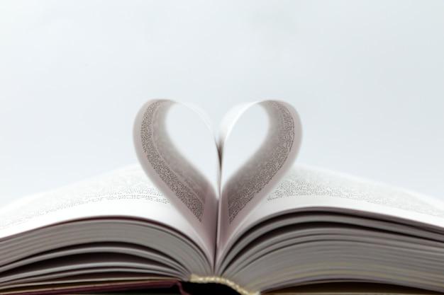 Livre Ouvert Avec Page Coeur Photo Premium