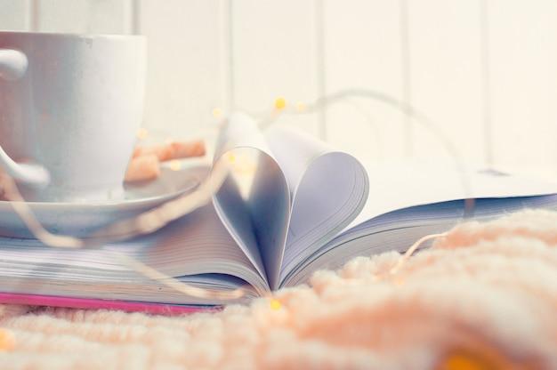 Livre Ouvert Avec Des Pages En Forme De Coeur Photo Premium