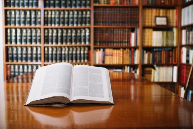 Livre Ouvert Sur La Table De La Bibliothèque Photo gratuit