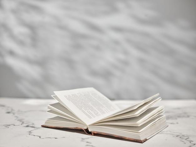 Livre Ouvert Sur Table Blanche Photo Premium