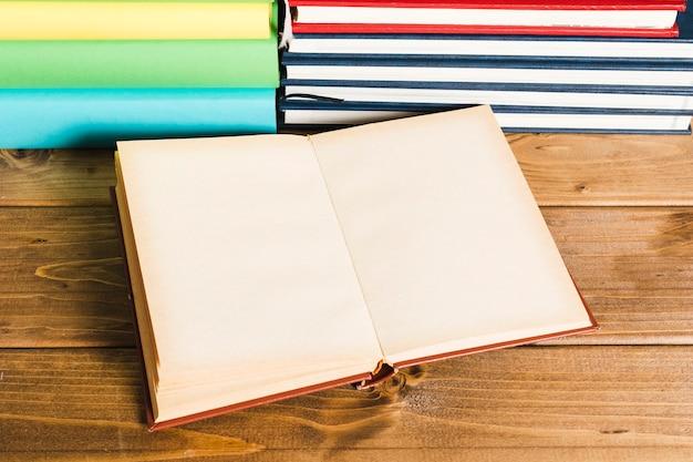 Livre ouvert sur une table en bois Photo gratuit