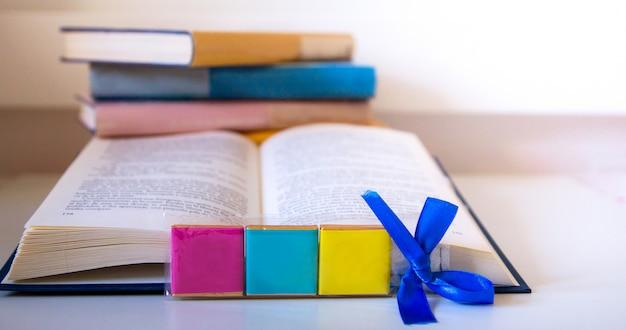 Livre ouvert et tour de livre coloré à l'arrière-plan avec texte sur la journée internationale du livre Photo Premium