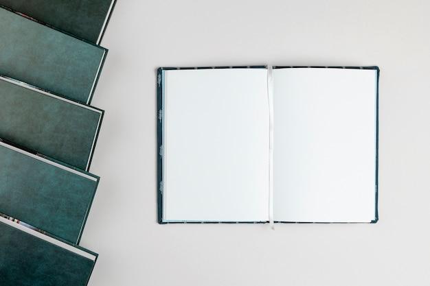 Livre ouvert avec vue de dessus avec espace de copie Photo gratuit