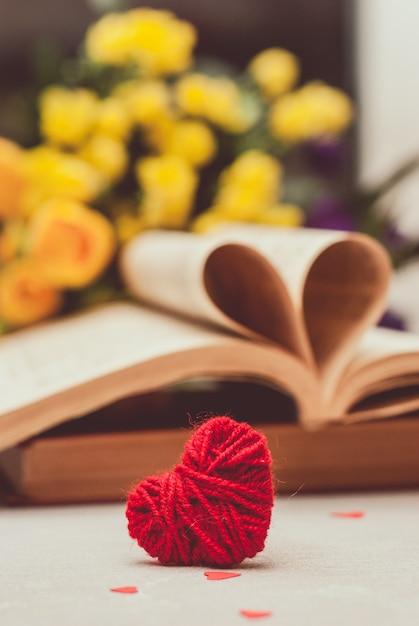 Livre avec des pages pliées en forme de coeur Photo Premium