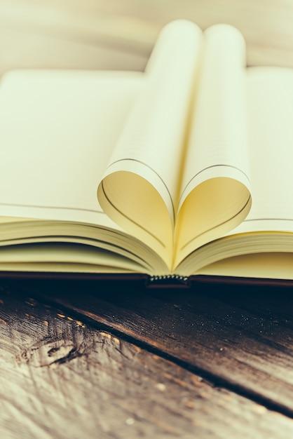Livre Plié Avec La Forme De Coeur Photo gratuit