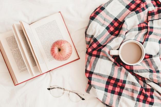 Livre Avec Pomme Sur La Boisson Chaude Dans Un Plaid Et Des Lunettes Photo gratuit