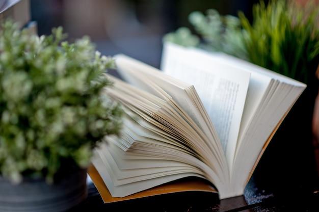 Livre posé sur le bureau beaucoup de livres Photo Premium