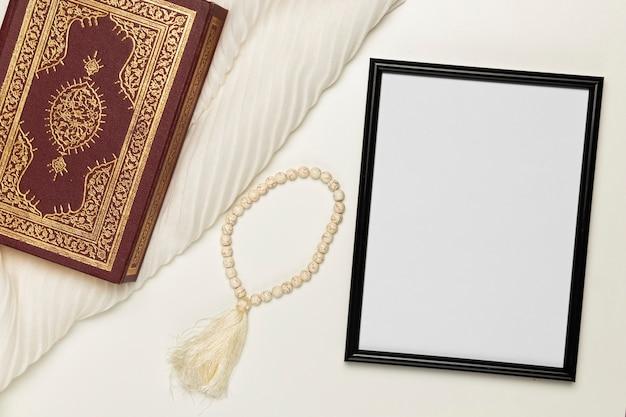 Livre religieux et bracelet à angle élevé Photo gratuit