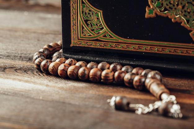 Livre sacré islamique sur une table en bois Photo Premium