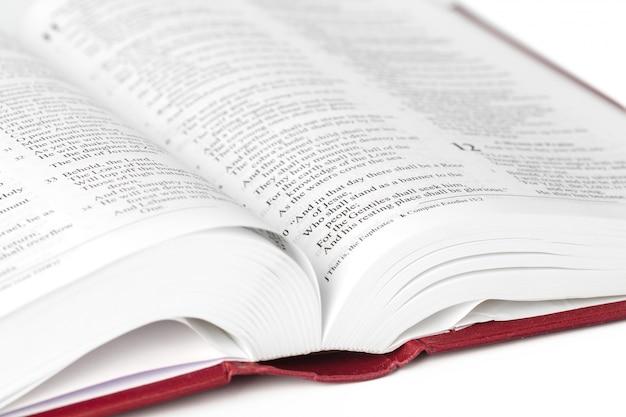 Livre De La Sainte Bible, Isolé Sur Blanc Photo Premium