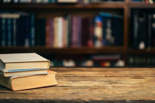 Livre sur table dans la bibliothèque Photo Premium