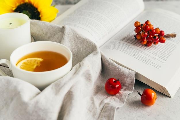 Livre et tasse à thé au citron en composition Photo gratuit