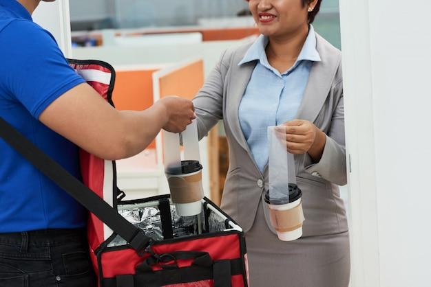 Livrer du café frais Photo gratuit