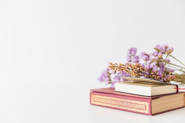 Livres arabes et fleurs Photo gratuit