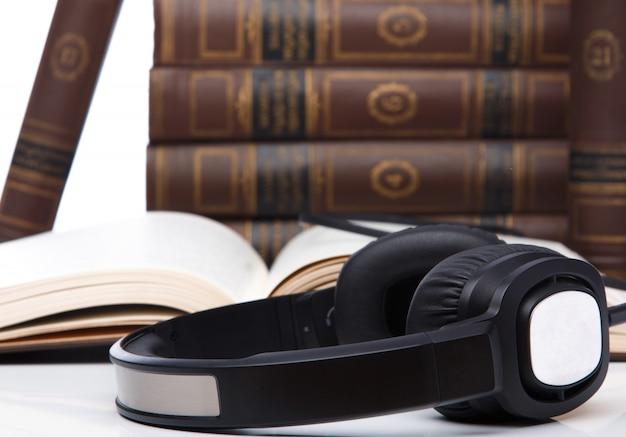 Livres audio, écouteurs sur la pile de livres Photo Premium