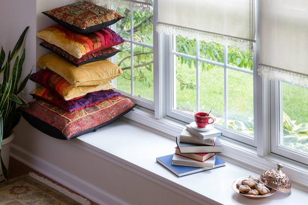 Livres, café et biscuits pour le concept de temps de lecture Photo Premium