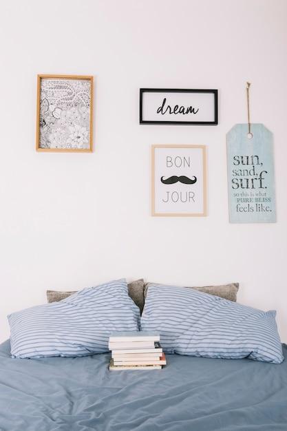 Livres couchés sur le lit Photo gratuit