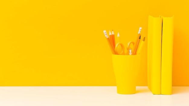 Livres Et Crayons Jaunes Vue De Face Photo gratuit