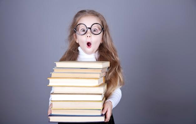 Livres d'école de petite écolière. Photo Premium