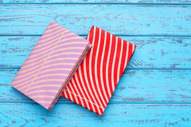 Livres sur fond en bois bleu Photo Premium