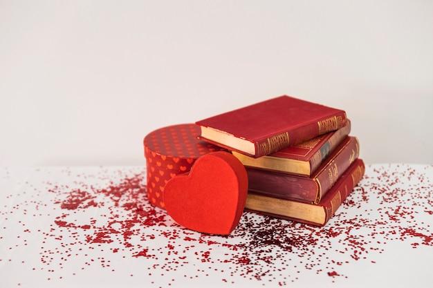 Livres près du coeur présent et ornement sur table Photo gratuit