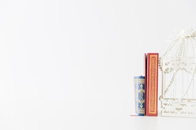 Livres Religieux Debout Avec Une Cage à Oiseaux Photo gratuit