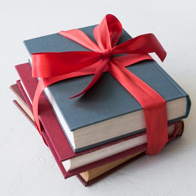 Livres avec ruban rouge Photo gratuit