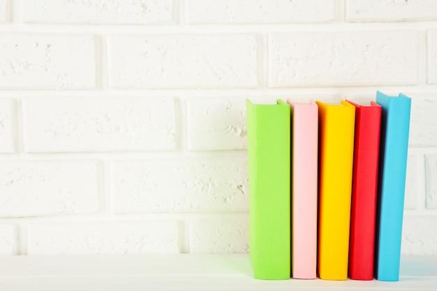 Livres Scolaires Multicolores Sur Fond Blanc Avec Espace De Copie. Photo Premium
