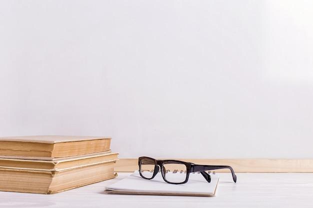 Livres et verres sur la table Photo Premium