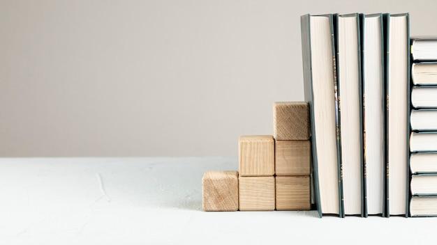 Livres de vue de face avec support en bois Photo gratuit
