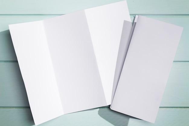 Livret Pliable En Papier Blanc Posé Photo gratuit