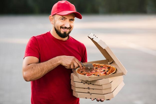 Livreur, coup moyen, couper, pizza Photo gratuit