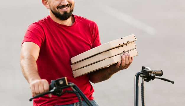 Livreur gros plan sur moto Photo gratuit