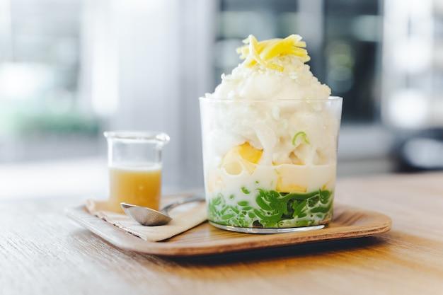 Lod chong, melon thaïlandais, riz soufflé avec glace à la noix de coco recouverte de tranches de jacquier. Photo Premium