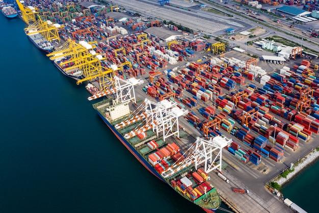 Logistique de groupe d'entreprises et de secteurs d'expédition de conteneurs de fret, importation et exportation du fright océanique international Photo Premium