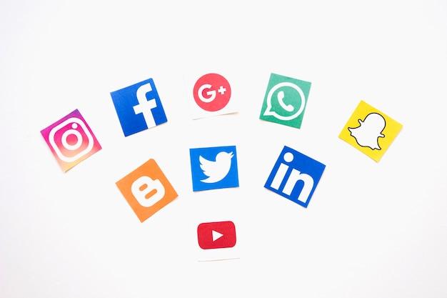 Logos de médias sociaux sur fond blanc Photo gratuit