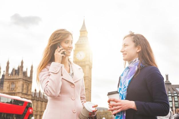 Londres, deux femmes debout avec big ben sur fond Photo Premium