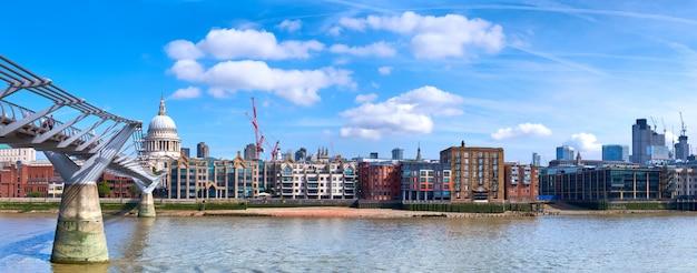 Londres, vue panoramique sur la tamise avec le pont du millénaire et la cathédrale saint-paul Photo Premium