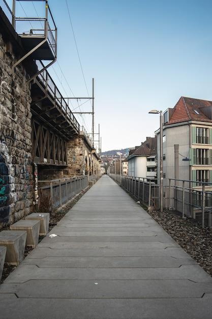 Long Chemin Pavé à Côté Des Arches D'un Viaduc Sous Un Ciel Nuageux Photo gratuit