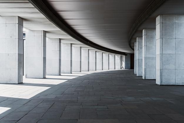 Long couloir d'un immeuble à colonnes Photo Premium