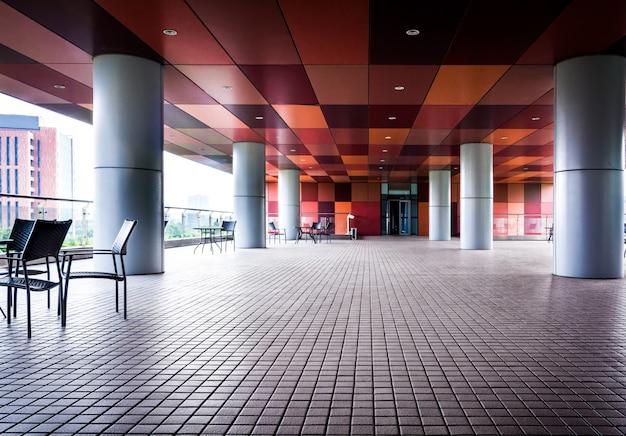 Long Couloir Vide Dans L'immeuble De Bureaux Moderne. Photo Premium