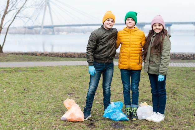Long Plan D'enfants Mignons Avec Des Sacs En Plastique Photo gratuit