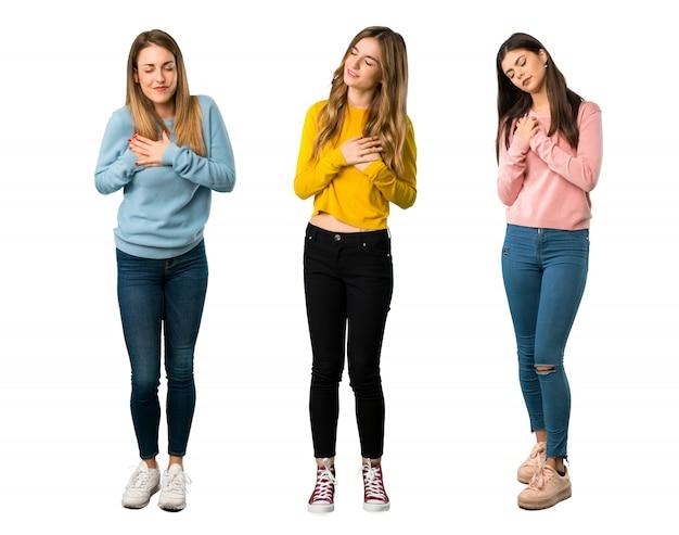 Un long plan d'un groupe de personnes avec des vêtements colorés qui souffrent Photo Premium