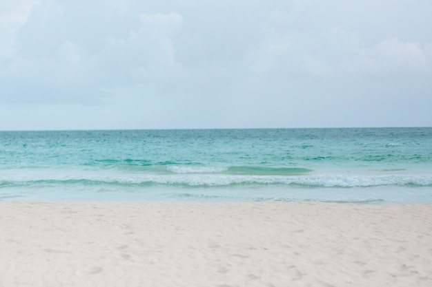 Long plan de la plage de sable tropicale Photo gratuit