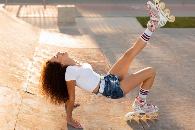 Long Shot Belle Fille Posant En Rollers Photo gratuit