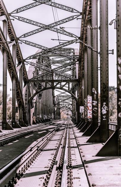 Long shot chemins de fer sur un pont Photo gratuit