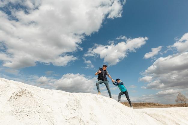 Long shot couple adulte dans la nature Photo gratuit
